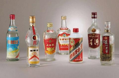 陶瓷酒坛与玻璃酒瓶储酒价值谁更大?